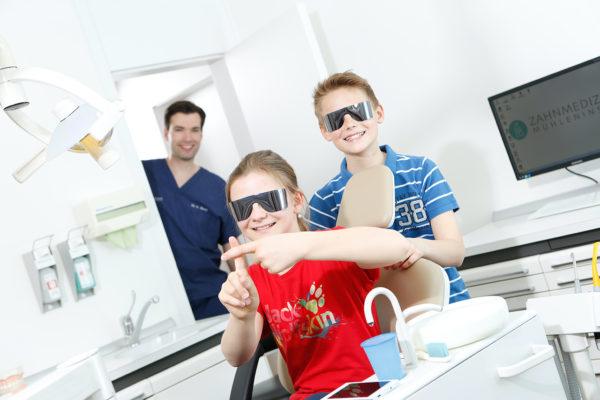 Medical Instinct® Praxisfotografie Zahnarzt mit Kindern