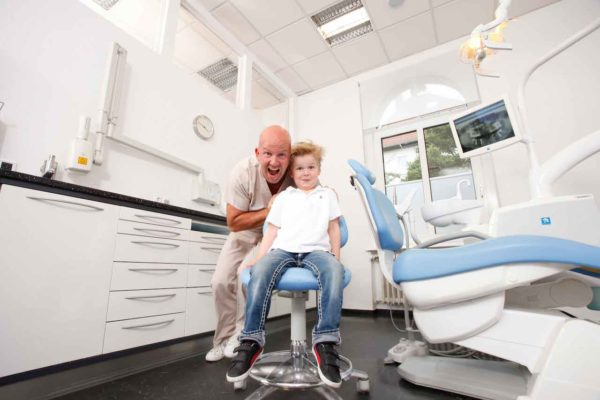 Medical Instinct® Praxisfotografie Zahnarzt und Kinder in Behandlungszimmer