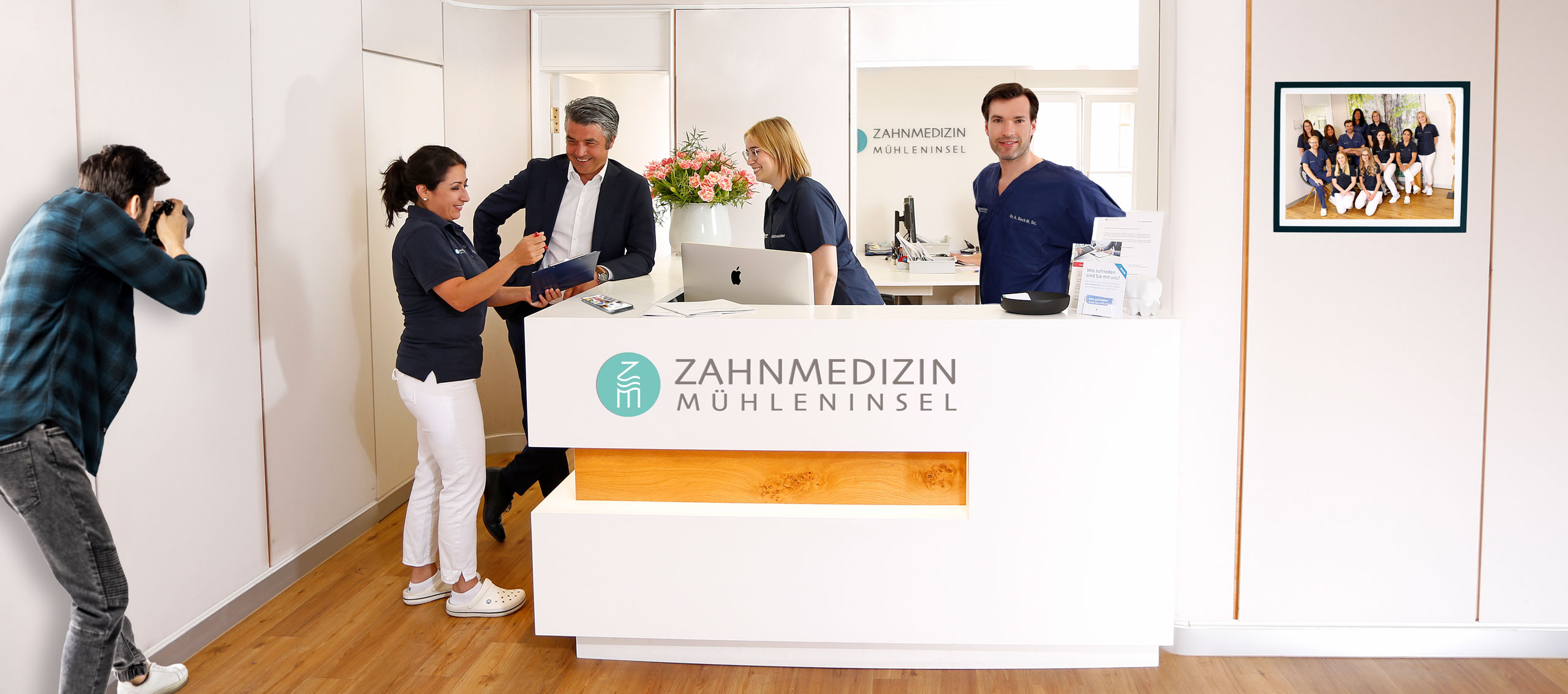 Praxismarketing, Logo, Praxisfotografie, Social Media an der Rezeption von Zahnarztpraxis Mühleninsel