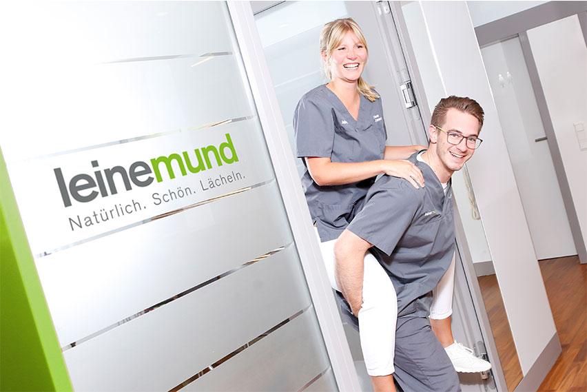 Zahnarztpraxis Leinemund mit Logo und Zahnarzt
