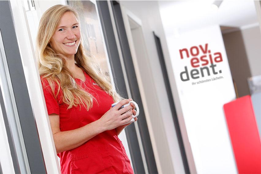 Praxis Novesiadent mit Logo und Zahnärztin